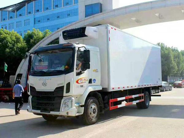 柳qi乘long7.5米货厢冷藏车