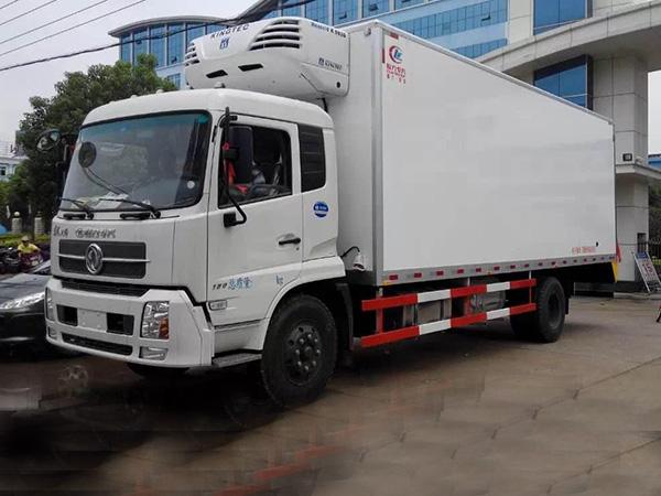 东风天锦7.4米货厢冷藏车