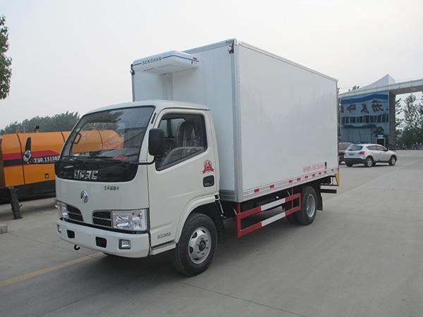 东风多利卡4米货厢冷藏车