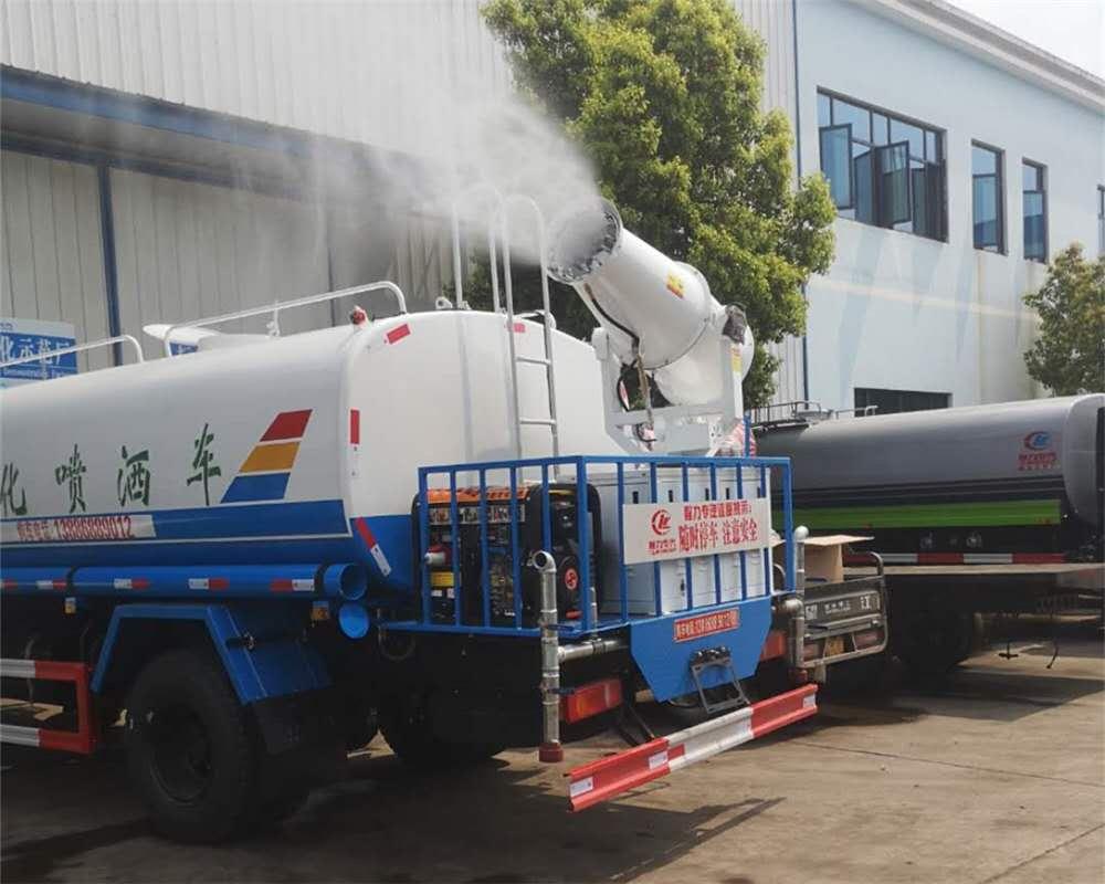 雾炮洒水车喷出的水雾