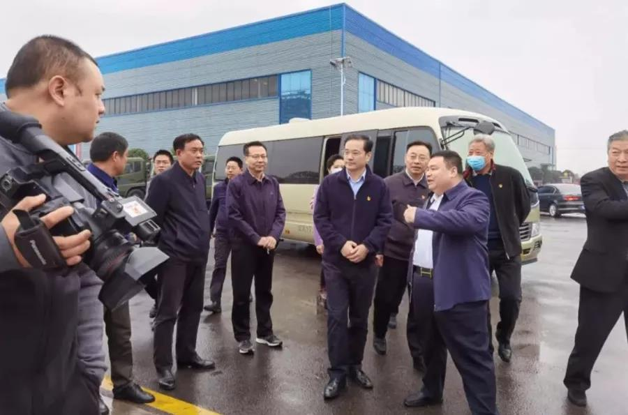 陪同钱远坤书记调研视察的有分管工业的副市长吴超明、曾都区区委书记张健,以及市区直属部门的相关领导
